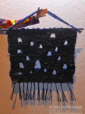 Wandteppich mit eingewebten Löchern