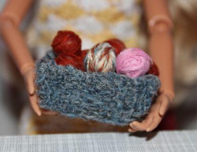 Gewebter Korb mit Wolle
